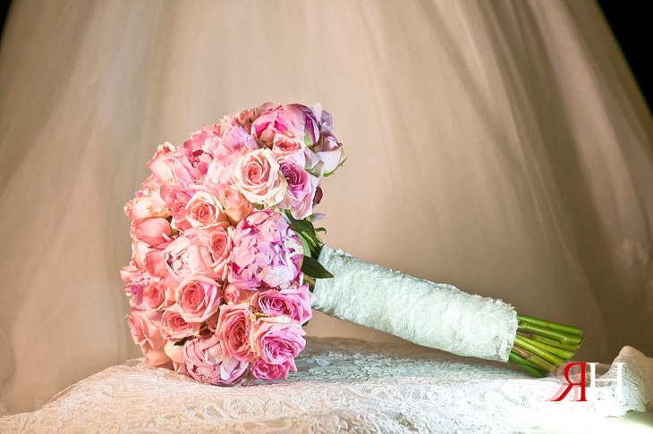 AL-Boom-Village_Wedding_Female_Photographer_Dubai_UAE_Rima_Hassan_bridal_bouquet