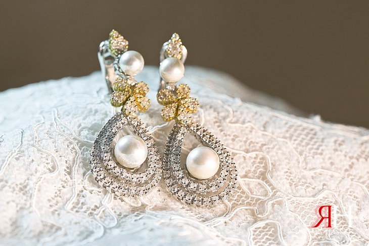 AL-Boom-Village_Wedding_Female_Photographer_Dubai_UAE_Rima_Hassan_bridal_diamond_jewelry_earrings