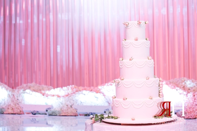 Mina_Salam_Wedding_Dubai_Female_Photographer_Rima_Hassan_stage_kosha_decoration_cake