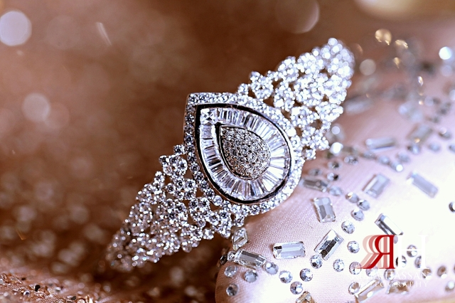 Metropolitan_Dubai_Engagement_Female_Photographer_Dubai_Rima_Hassan_bride_jewelry_bracelet