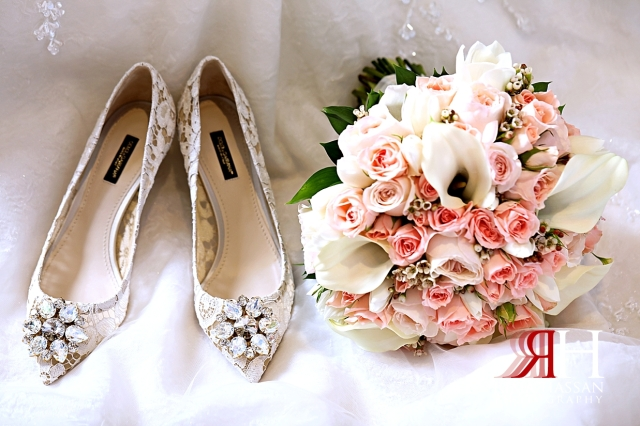 Rotana_Beach_Abu_Dhabi_Female_Photographer_Dubai_Rima_Hassan_bride_shoes_bouquet