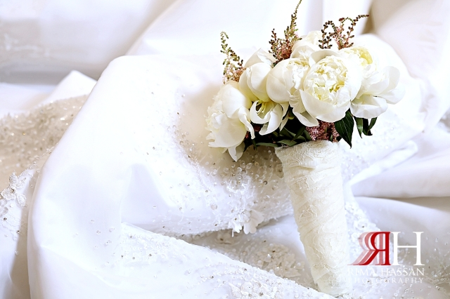 Al_Twaar_Wedding_Dubai_Female_Photographer_Rima_Hassan_bride_bouquet_aster_flowers