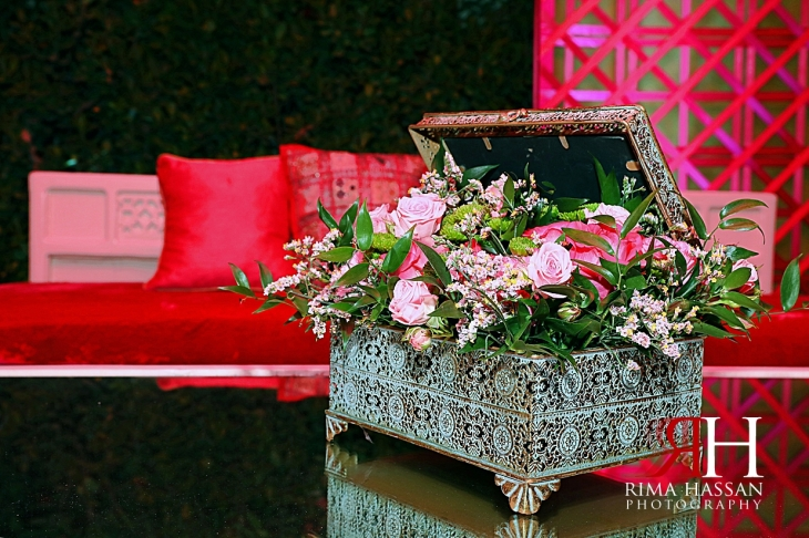 Pakistani_Dholki_Dubai_Female_Photographer_Rima_Hassan_stage_decoration_flowers