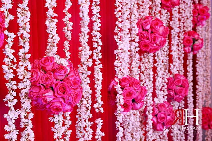Pakistani_Dholki_Dubai_Female_Photographer_Rima_Hassan_stage_decoration_mogra_flowers